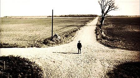 Vieil homme au milieu du carrefour