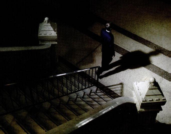 Fantôme descendant un escalier dans un manoir hanté