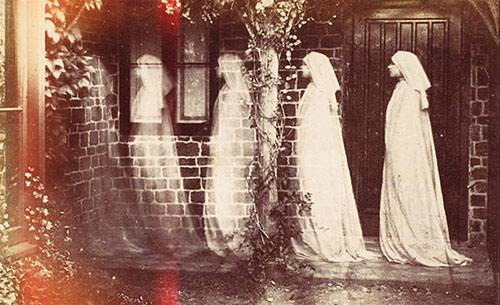 Fantômes entrant dans une maison