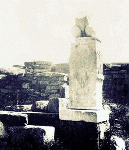 Pilier phallique - petit sanctuaire de Dionysos à Délos