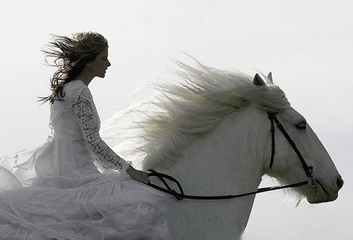 Rhiannon sur son cheval blanc