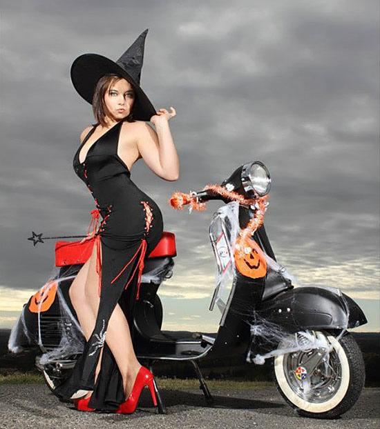 Une sorcière moderne en scooter