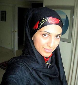 Femme arabe dans son appartement